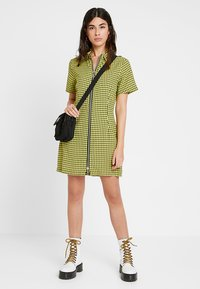 The Ragged Priest - CHECK SHORTSLEEVE WITH TWO WAY ZIP - Vestido camisero - black/yellow - 1