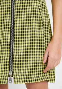 The Ragged Priest - CHECK SHORTSLEEVE WITH TWO WAY ZIP - Vestido camisero - black/yellow - 5