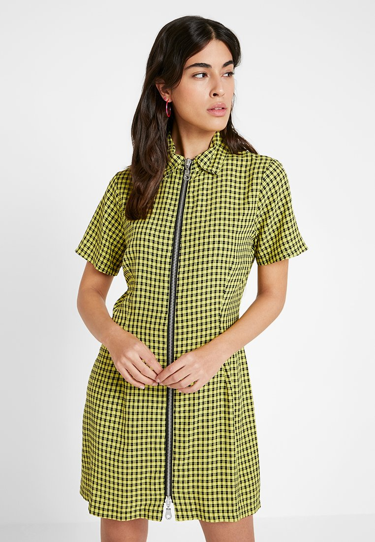 The Ragged Priest - CHECK SHORTSLEEVE WITH TWO WAY ZIP - Vestido camisero - black/yellow