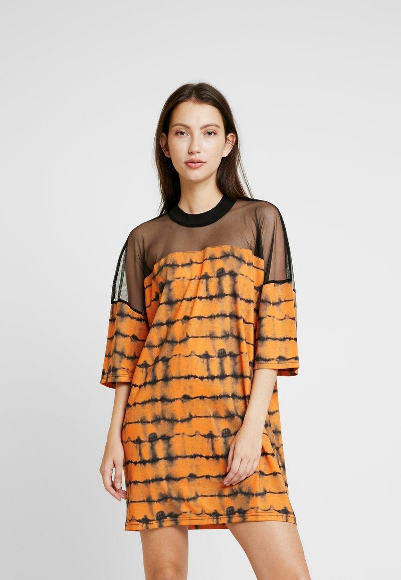 The Ragged Priest - CYNIC DRESS - Vestito di maglina - orange/black