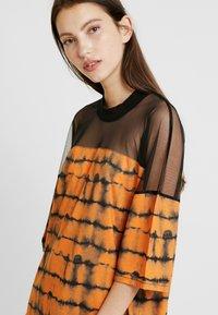 The Ragged Priest - CYNIC DRESS - Vestito di maglina - orange/black - 4