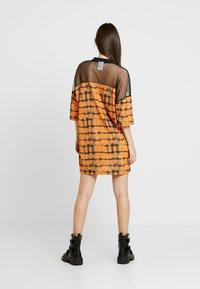 The Ragged Priest - CYNIC DRESS - Vestito di maglina - orange/black - 2