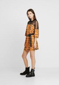 The Ragged Priest - CYNIC DRESS - Vestito di maglina - orange/black - 1
