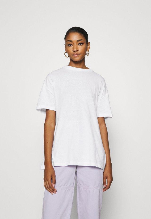 SEQUEL TEE - Print T-shirt - white