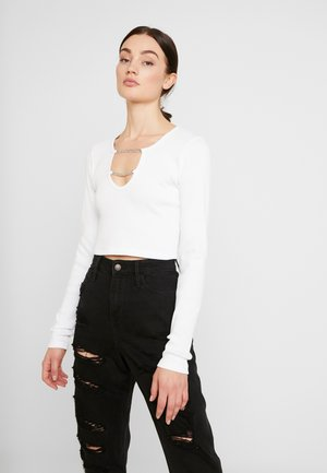 CROPPED RINGER WITH CHAIN DETAIL - Maglietta a manica lunga - white