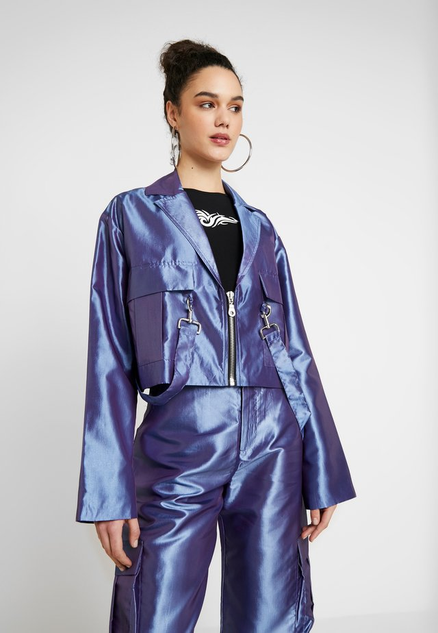 TAFFETA CROPPED WITH COMBAT POCKET TRIGGER HOOK AND STRAP  - Kevyt takki - lilac