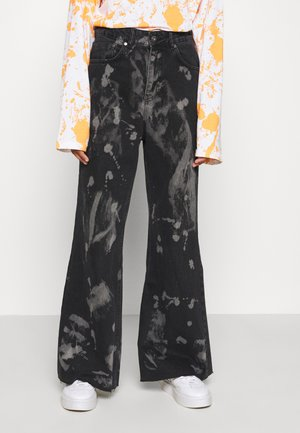 TRIP WITH BLEACH SPLATS - Flared Jeans - charcoal