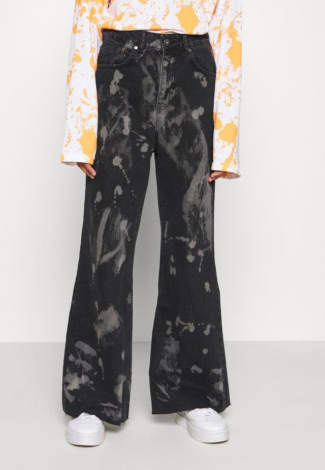 TRIP WITH BLEACH SPLATS - Jeans a zampa - charcoal