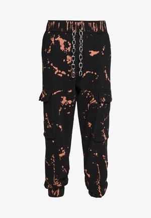 THE COMBAT TRACK PANT - Pantalones deportivos - bleach rust splat