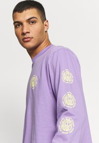 The Ragged Priest - GRAPHIC SLEEVE LOGOLS TEE - Maglietta a manica lunga - purple - 3