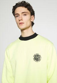 The Ragged Priest - CREWNECK GRAPHIC LOGO - Sweater - yellow - 3