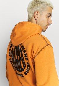 The Ragged Priest - RAGGED HOODIE WITH BACK PRINT - Hoodie - orange - 4