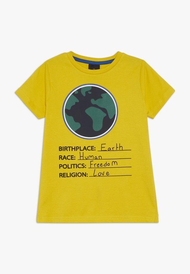 OLLY TEE - Print T-shirt - sulphur