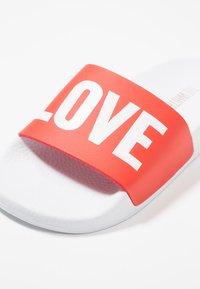 THE WHITE BRAND - CLASSIC LOVE - Pantofle - red - 2