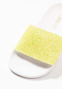 THE WHITE BRAND - MATE GLITTER - Pantolette flach - neon yellow - 2