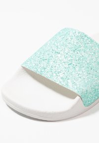 THE WHITE BRAND - MATE GLITTER - Pantolette flach - turquoise - 2
