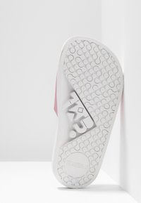 THE WHITE BRAND - HOLIDAYS - Pantolette flach - metallic pink - 5