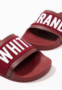 THE WHITE BRAND - MINIMAL ELASTIC - Pantolette flach - burgundy - 6