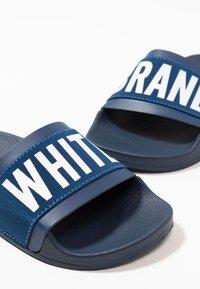 THE WHITE BRAND - MINIMAL ELASTIC - Pantofle - navy - 6