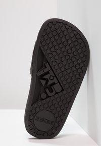THE WHITE BRAND - MINIMAL ELASTIC - Pantofle - black - 5