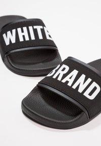 THE WHITE BRAND - MINIMAL ELASTIC - Pantofle - black - 6