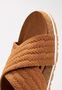 Timberland - MALIBU WAVES CROSS SLIDE - Sandalias planas - rust - 2