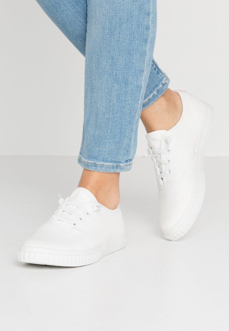 Timberland - NEWPORT BAY BUMPER TOE - Sneaker low - white