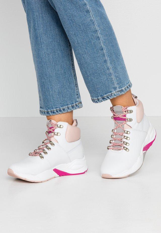 DELPHIVILLE HIKER - Sneaker high - white/rose