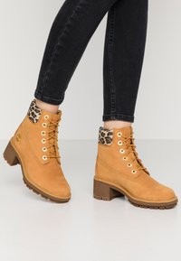 Timberland - KINSLEY WP BOOT - Schnürstiefelette - wheat - 0