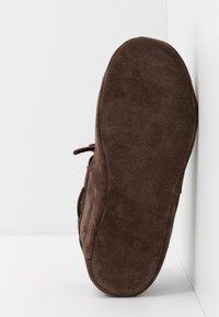 Timberland - TORREZ SLIPPER MOCCASIN - Domácí obuv - dark brown - 4