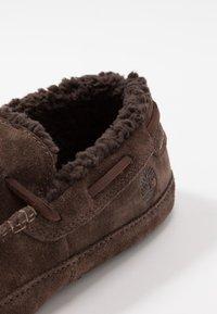 Timberland - TORREZ SLIPPER MOCCASIN - Domácí obuv - dark brown - 5
