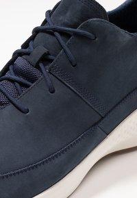 Timberland - FLYROAM GO CHUKKA - Sneakersy niskie - navy - 5