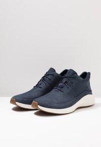 Timberland - FLYROAM GO CHUKKA - Sneakersy niskie - navy - 2