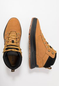 Timberland - FIELD TREKKER MID - Lace-up ankle boots - wheat/black - 1