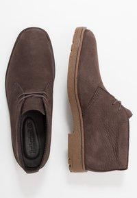 Timberland - FOLK GENTLEMAN CHUKKA - Volnočasové šněrovací boty - dark brown - 1