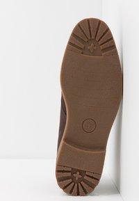 Timberland - FOLK GENTLEMAN CHUKKA - Volnočasové šněrovací boty - dark brown - 4