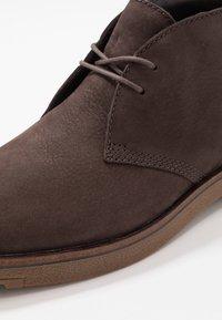 Timberland - FOLK GENTLEMAN CHUKKA - Volnočasové šněrovací boty - dark brown - 5