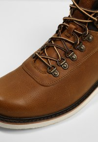Timberland - NEWMARKET BOOT - Lace-up ankle boots - mottled brown - 4