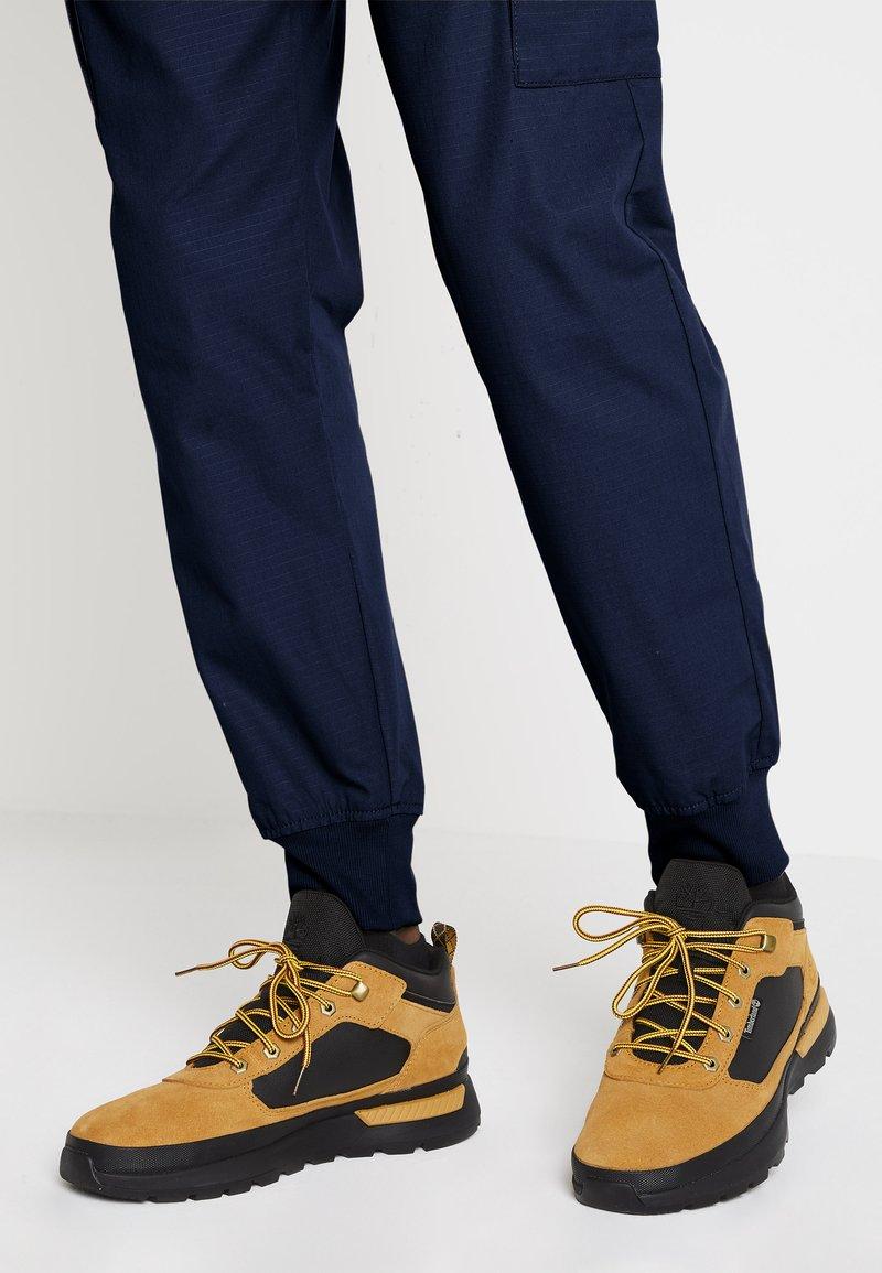 Timberland - FIELD TREKKER - Sneakers laag - whea/black