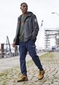 Timberland - FIELD TREKKER - Sneakers laag - whea/black - 7