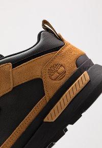 Timberland - FIELD TREKKER - Sneakers laag - whea/black - 9
