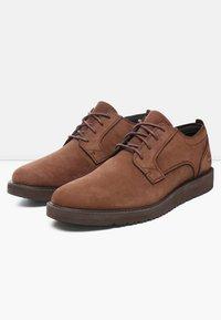 Timberland - WESLEY FALLS OXFORD - Zapatos de vestir - dark brown - 2