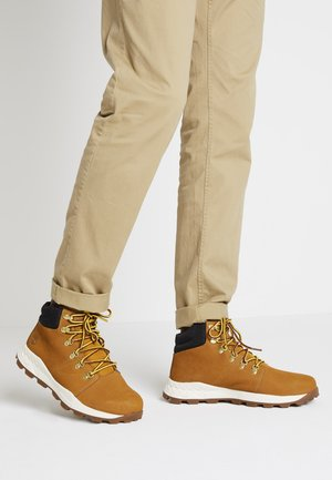 BROOKLYN HIKER - Zapatillas altas - wheat