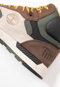 Timberland - FIELD TREKKER - Höga sneakers - dark brown/light taupe - 5