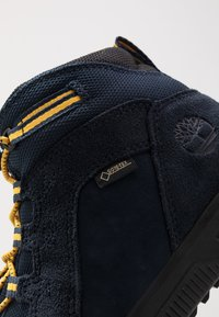 Timberland - CITY STOMP BUNGEE MID GTX - Bottines à lacets - navy - 2