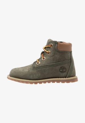 CASUAL POKEY PINE 6IN BOOT WITH SIDE ZIP - Šněrovací kotníkové boty - dark green