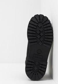 Timberland - 6 IN PREMIUM WP BOOT - Šněrovací kotníkové boty - black - 5