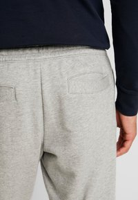 Timberland - CORE ESTABLISHED 1973 - Tracksuit bottoms - medium grey heather - 3