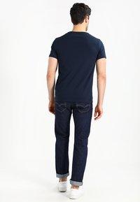 Timberland - CREW CHEST - T-shirt basic - dark sapphir - 2