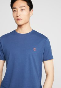Timberland - CREW CHEST - Basic T-shirt - dark denim - 4